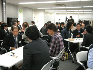 広い会議室の賑わい