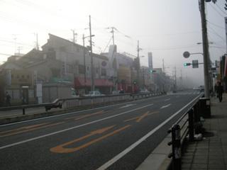 白く煙る町
