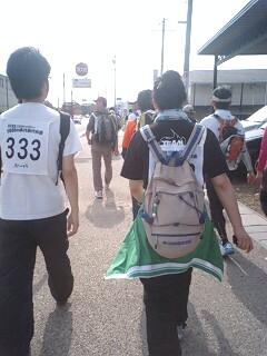 前を歩く若手2人